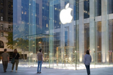 Singapore's First Apple store attracts Hundreds